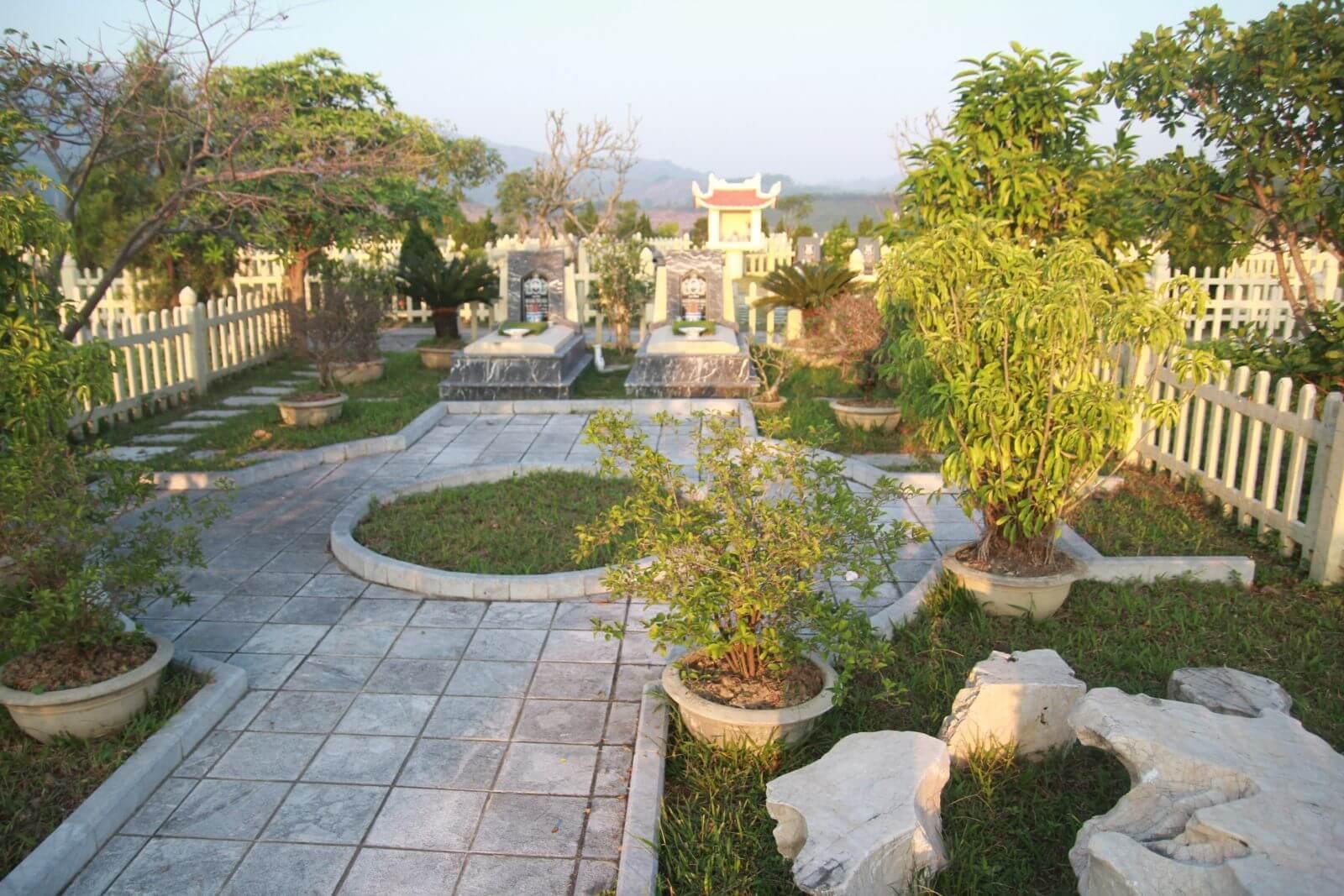 Khuôn viên xung quanh phần mộ