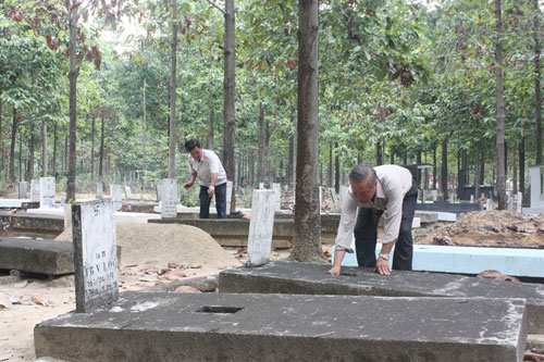 Nhân thân tới thăm mộ tại nghĩa trang nhân dân Bình An