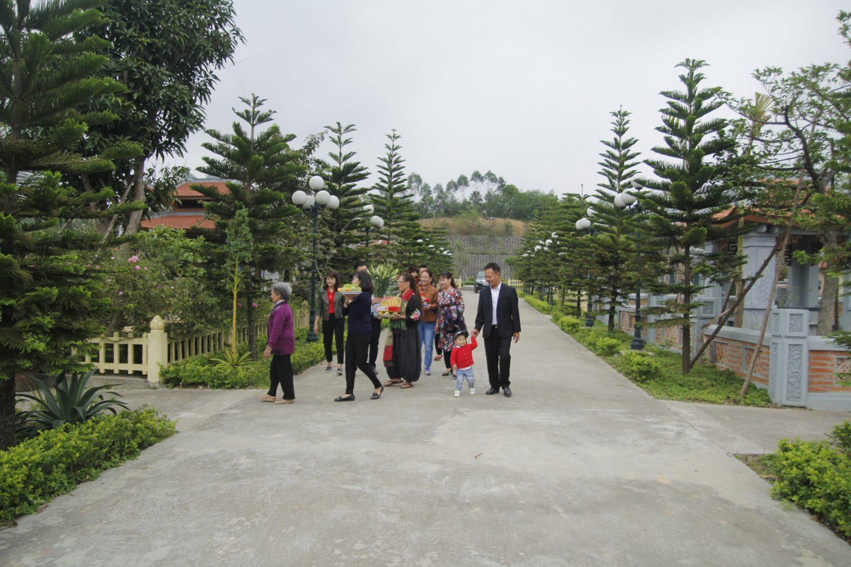 Đại gia đình đi cúng lễ cho người thân được an táng tại Lạc Hồng Viên
