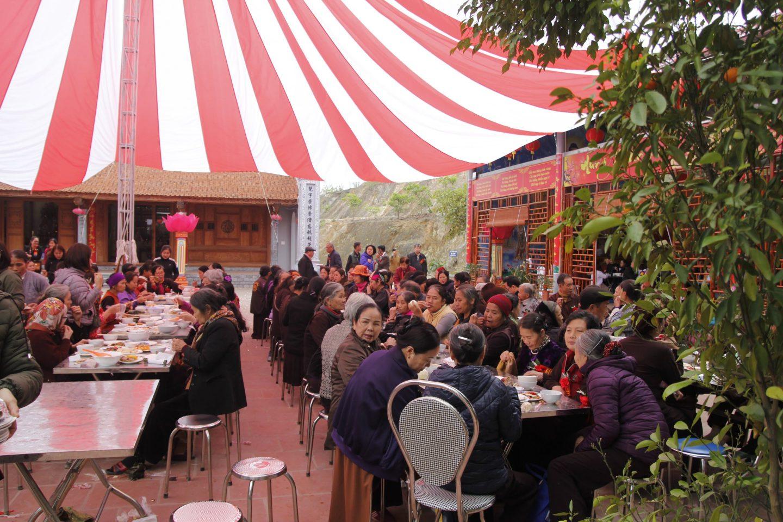 Bữa trưa sau lễ hô thần nhập tượng tại Lạc Hồng Viên