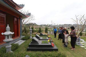 Tảo mộ ở công viên nghĩa trang Hòa Bình trong tết thanh minh 2019