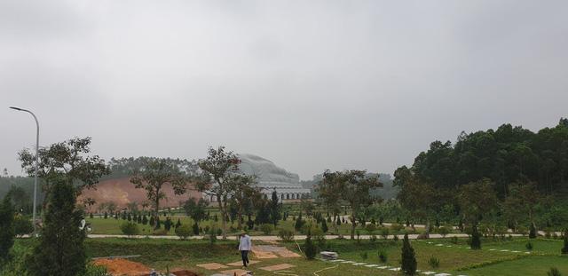 Khác hẳn với Công viên Lạc Hồng Viên, tại Công viên nghĩa trang Thiên Đức Vĩnh Hằng (Phù Ninh, Phú Thọ), trước thềm Tết Thanh minh, mọi hoạt động với người âm lại trở nên vắng vẻ.