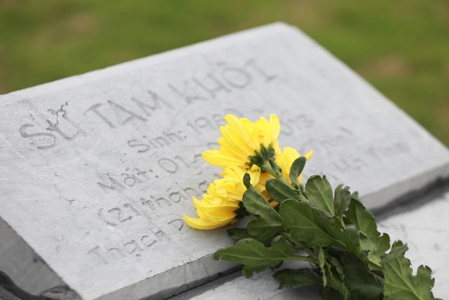 Một mộ phần tại Công viên nghĩa trang Lạc Hồng Viên trong ngày Tết Thanh minh (mồng 3/3 âm lịch).