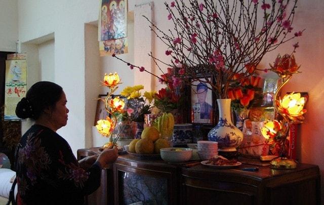 Cách thắp hương trên bàn thờ gia tiên mang nhiều ý nghĩa tâm linh