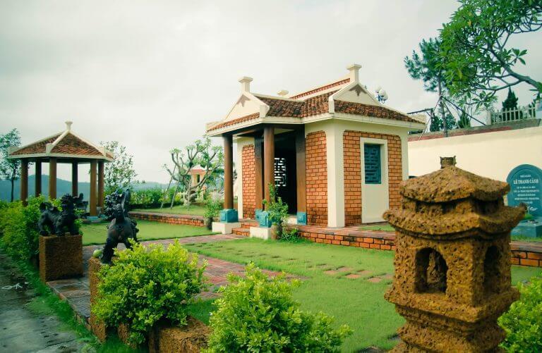 Khuôn viên đồi Kim của Lạc Hồng Viên