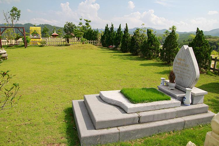 Mộ đá xanh tại nghĩa trang Lạc Hồng Viên