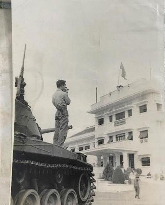 Đồng chí Đại Tá Phạm Thọ nhận nhiều huân huy chương của đảng và nhà nước