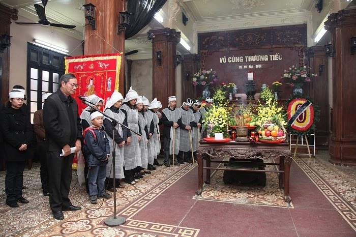 Bàn thờ vong linh trang nghiêm rất quan trọng trong thủ tục tang lễ