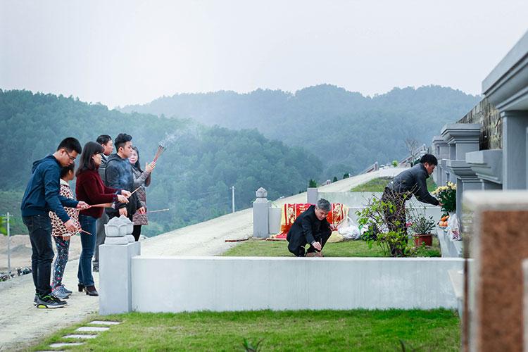 Khuôn viên sườn đồi Thổ nghĩa trang Lạc Hồng Viên