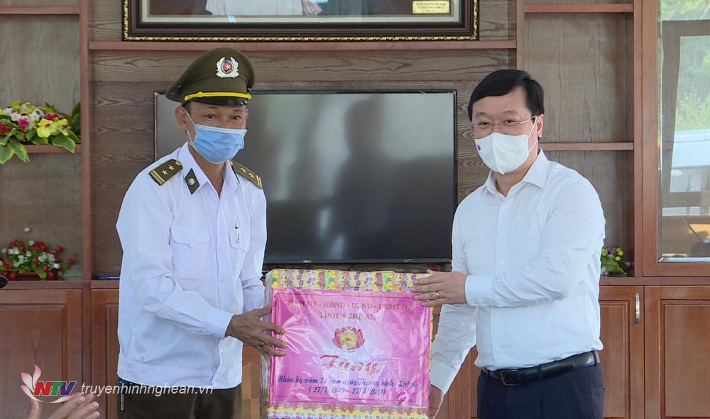 đại diện cán bộ tỉnh Nghệ An tặng quà ban quản lý nghĩa trang Trường Sơn