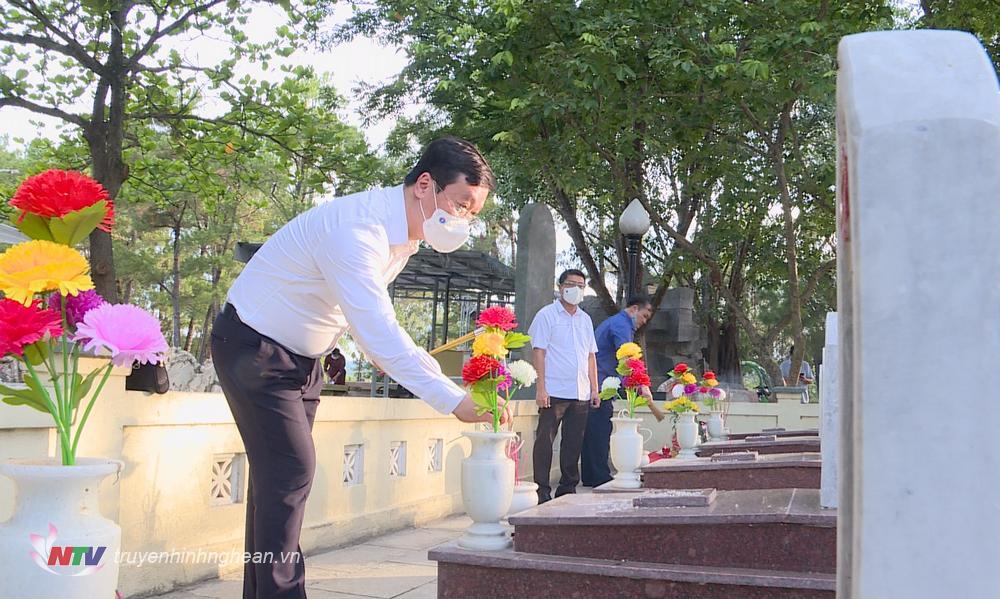 Đồng chí Nguyễn Đức Trung thắp hương phần mộ liệt sĩ