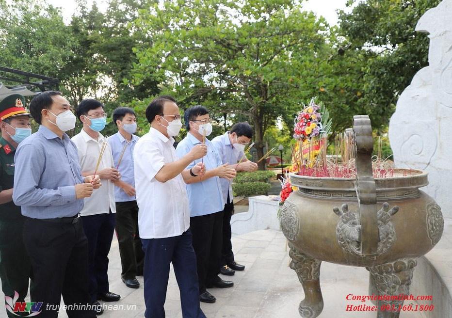 Đoàn lãnh đạo tỉnh Nghệ An thắp hương tại nghĩa trang liệt sĩ Trường Sơn