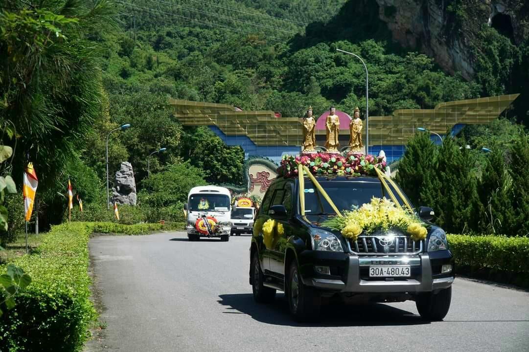 Linh cữu Pgs Hoàng Vĩnh Giang đi qua cổng nghĩa trang Lạc Hồng Viên